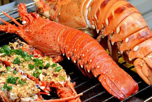 Tôm hùm đỏ cũng là món ăn quen thuộc của nhiều tour du lịch Côn Đảo.