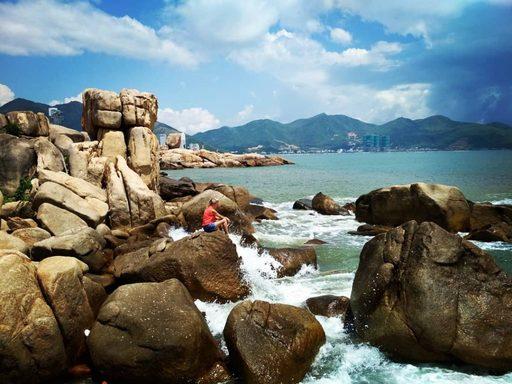 Du lịch Nha Trang - Du khách ghé tham quan hòn chồng